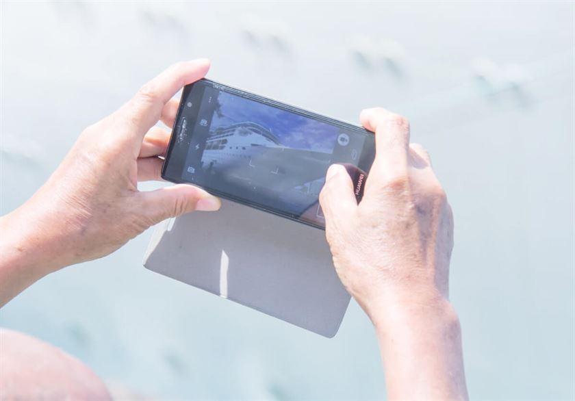 phone with pics